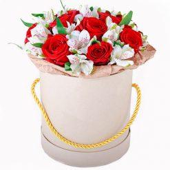 Шляпная коробочка «Привет» розы и альстромерии